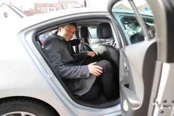 Ministerpräsident Tobias Hans im Fond eines Autos.